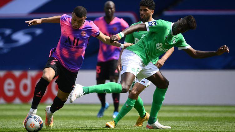 L'attaquant du Paris Saint-Germain Kylian Mbappé et le défenseur sénégalais de Saint-Etienne Pape Abou Cissé, au Parc des Princes, le 18 avril 2021. (FRANCK FIFE / AFP)