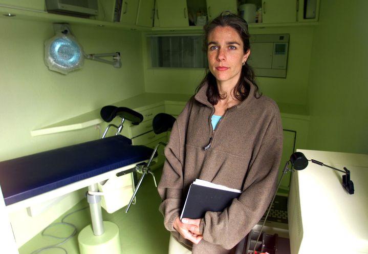 """Rebecca Gomperts, présidente de Women on Waves, présente la salle où les médecins recevront les femmes désirant avoir une IVG à bord du navire """"Sea of Change"""", le 11 juin 2001, à Scheveningen (Pays-Bas). (JERRY LAMPEN / REUTERS)"""