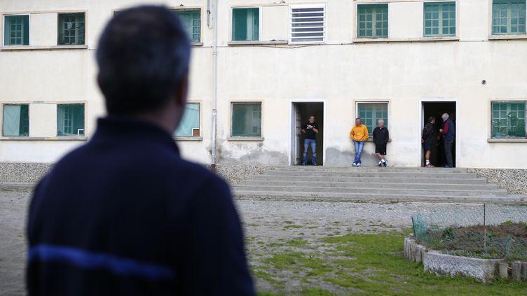 Un gardien observe des détenus, dans la prison ouverte de Casabianda, en Corse, le 9 février 2018. (PASCAL POCHARD-CASABIANCA / AFP)
