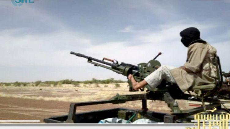 Des combattants islamistes en route vers la zone de combats dans le nord du Mali. L'image provient d'une vidéo, postée le 9 janvier2013 et repérée par SITE, un centre américain de surveillance de sites islamistes (capture d'écran). (SITE MONITORING SERVICE / AFP)