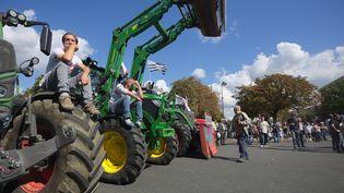 Des agriculteurs assis sur leurs tracteurs place de la Nation, à Paris, le 3 Septembre, 2015, dans le cadre d'une manifestation nationale des exploitants agricoles. (CITIZENSIDE / THIBAUT GODET / AFP)