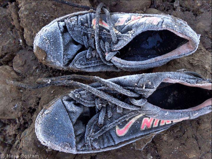Les chaussure gelées de Maya Rostam , 11 ans au début de la formation. Camp de réfugiés syriens de Kawergosk, Kurdistan Irakien.  (Maya Rostam / Les Ateliers Reza.png)