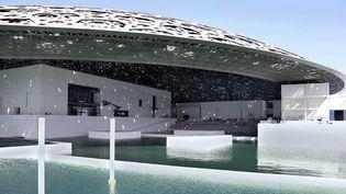 Le Louvre Abou Dhabi entouré d'eau : photo prise le 24 mai 2016 et diffusée le 15 juin suivant par la Compagnie du développement du tourisme et de l'investissement d'Abou Dhabi (TDIC) en charge des travaux  (HO / TDIC / AFP)