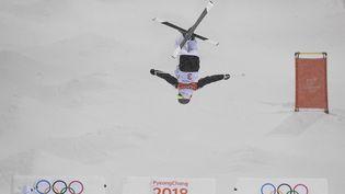 Perrine Laffontla tête en bas, puis l'or autour du couu! La skieuse française de 19 ans a offert le premier titre olympique au clan tricolore au ski de bosses lundi 12 février à Pyeongchang (Corée du Sud). (ANGELIKA WARMUTH / DPA)