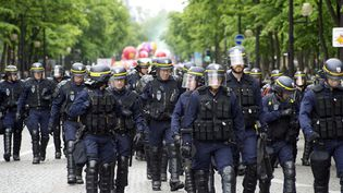 Des policiers anti-émeute le 17 mai 2016 à Paris, lors d'une manifestation contre la loi Travail. (CITIZENSIDE/PATRICE PIERROT / AFP)
