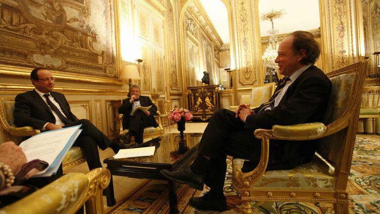 Le président du Comité consultatif national d'éthique, Jean-Claude Ameisen (à d.), avec le président de la République, François Hollande, à Paris le 30 novembre 2012. (DENIS ALLARD / MAXPPP)