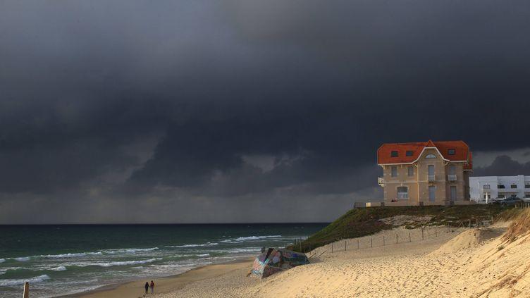 Orages sur la plage de Biscarosse (Landes), le 12 août 2016. (MAXPPP)