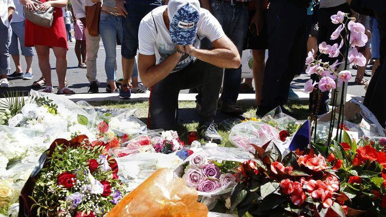 Sur la promenade des Anglais à Nice, les premiers bouquets de fleurs et des messages affluent ce vendredi 15 Juillet en hommage aux victimes de l'attentat. Des Niçois, mais aussi des étrangers choqués viennent se recueillir sur les lieux de l'attentat qui a fait des dizaines de morts. «Afin de ne pas gêner le travail des enquêteurs», la préfecture de Nice a annoncé que certaines plages et bords de mer sont inaccessibles temporairement. (Photo Reuters/Pascal Rossignol)