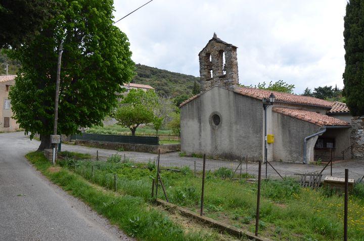 L'église Saint-Saturnin de Trassanel (Aude), le 3 mai 2018, à l'entrée du village, où seule une messe est célébrée chaque année. (YANN THOMPSON / FRANCEINFO)