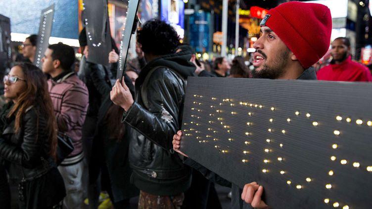 Manifestation à New York après l'abandon des poursuites contre le policier qui a tué Michael Brown, un jeune Noir, à Ferguson (25 novembre 2014)  (Craig Ruttle / AP / SIPA)