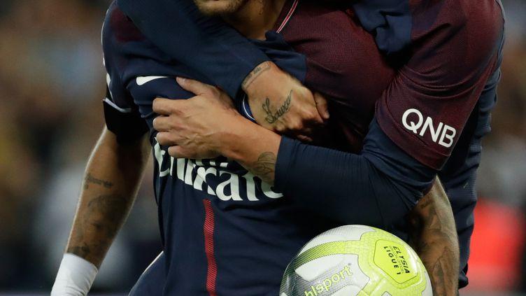 Les joueurs parisiens de football Marco Verrati et Neymar célèbrent un but le 20 août 2017 au Parc des Princes. (THOMAS SAMSON / AFP)