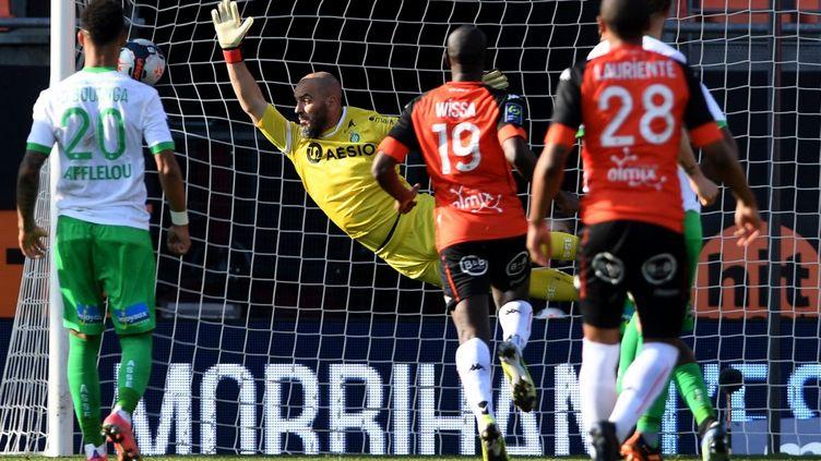 Le gardien de l'AS Saint-Etienne, Jessy Moulin n'arrive pas à arrêter le coup franc tiré par Armand Lauriente.  (FRED TANNEAU / AFP)