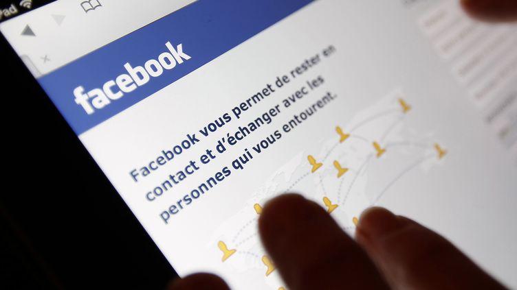 En consultant les réseaux sociaux, les enquêteurs ont trouvé sur le mur Facebook du jeune homme accusé de viol une photo qui a permis de le confondre. ( REGIS DUVIGNAU / REUTERS)