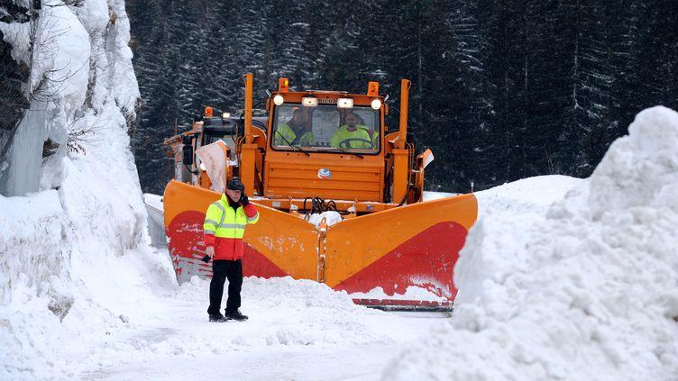 Un chasse-neige déblaye la route entre les stations de Val-d'Isère et de Tignes (Savoie) le 6 janvier 2012. (JEAN-PIERRE CLATOT / AFP)