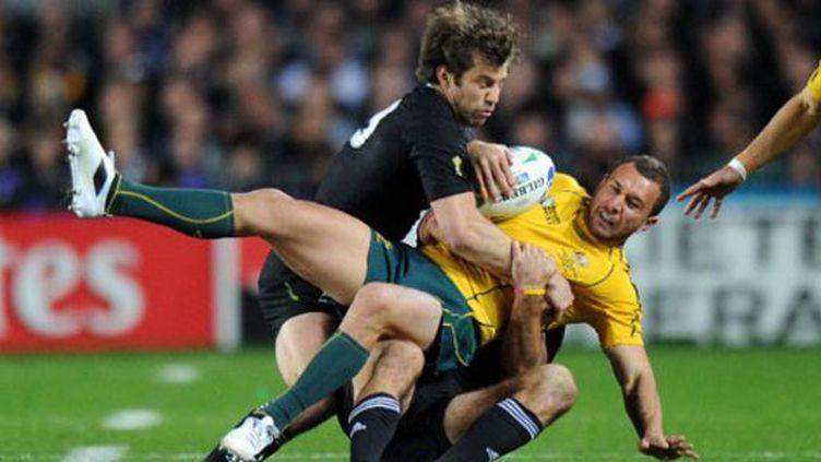 Le Néo-Zélandais Conrad Smith et l'Australien Quade Cooper au combat