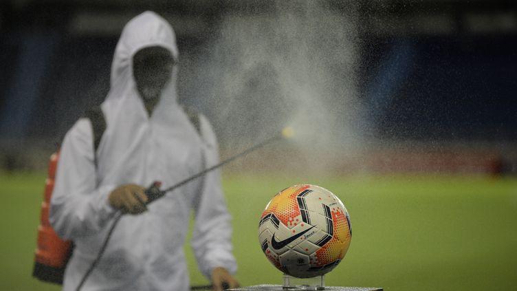 Ballon désinfecté avant un match de football (RAUL ARBOLEDA / AFP)