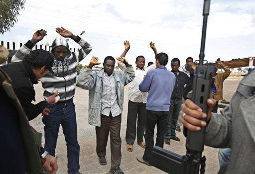 Des rebelles libyens contrôlent les migrants africains à Ajabia ( Asmaa Waguih/Reuters)