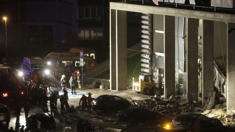 Le toit d'un supermarché s'est effondré, le 21 novembre 2013 près de Riga (Lettonie). (INTS KALNINS / REUTERS)