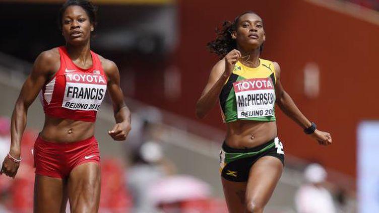 La Jamaïquaine McPherson et l'Américaine Francis à la lutte en séries du 400m