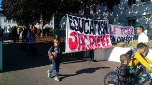 Devant l'école du Rouz, à Concarneau (Finistère). (J. LE BOT / FRANCE 3)