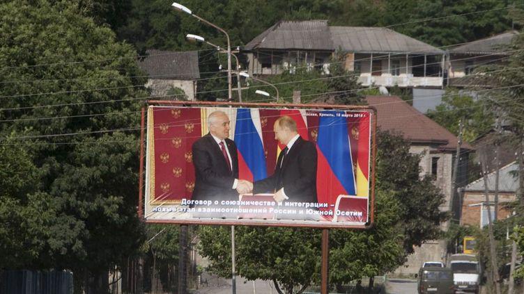 Une affiche dans la région de Leningori (Akhalgori), Ossétie du Sud, représentant le président ossète Leonid Tibilov et le président russe Vladimir Poutine, le 6 juin 2015. (REUTERS/Kazbek Basaev )