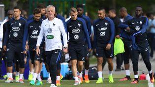 Le sélectionneur de l'équipe de France, Didier Deschamps, lors d'un entraînement en marge de la préparation à l'Euro 2016, à Clairefontaine (Yvelines), le 25 mai 2016. (FRANCK FIFE / AFP)