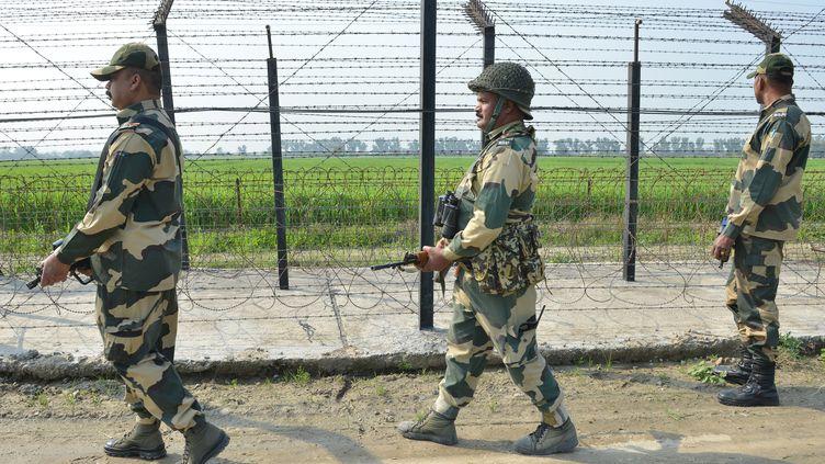 Des troupes indiennes à la frontière avec le Pakistan près d'Amritsar, le 27 février 2019. (NARINDER NANU / AFP)