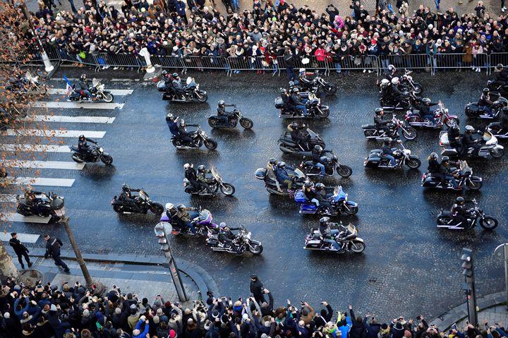 Des motards remontent l'avenue des Champs-Élysées pour accompagner le cortège de Johnny Hallyday  (Martin Bureau / AFP)