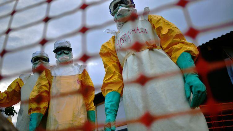 Du personnel médical de Médecins sans frontières àKailahun, en Sierra Leone, en août 2014. (CARL DE SOUZA / AFP)