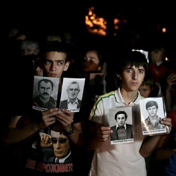 Des Ossètes commémorent les disparus durant la guerre entre l'Ossétie du Sud et la Géorgie, en 2008, lors d'une cérémonie à Tskhinvali, en août 2015. (Reuers/Kazbek Basayev)