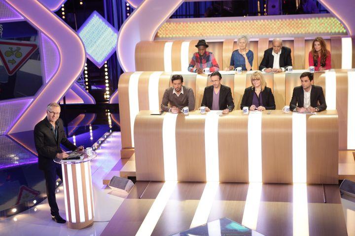 """Charles Consigny, au premier rang des chroniqueurs (en bas à droite), participe à """"L'Emission pour tous"""" sur France 2, le 30 juin 2014. Il n'a alors que 23 ans. (CHARLOTTE SCHOUSBOE / FRANCE TELEVISIONS)"""