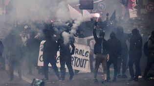 Des black blocs à Paris pendant la manifestation du 1er mai 2018. (ALAIN JOCARD / AFP)