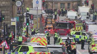 Un homme armé d'un couteau a poignardé six personnes dans le hall d'un hôtel de Glasgow, en Écosse (Royaume-Uni), vendredi 26 juin. Il a été abattu par la police. (FRANCE 2)
