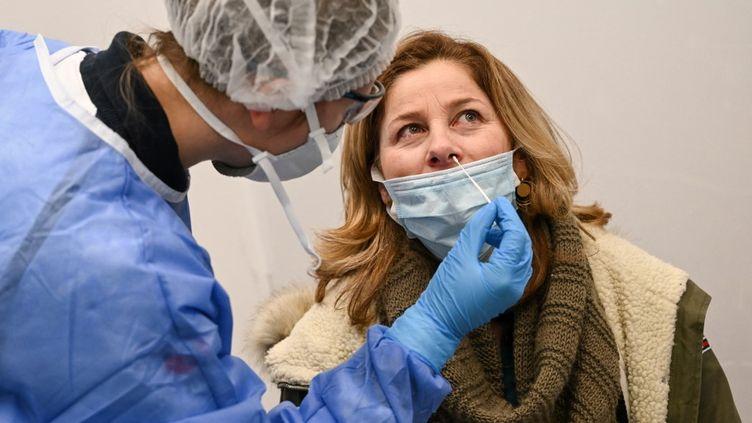 Une femme subit un test PCR à l'aéroport de Roissy (Val d'Oise), le 13 février 2021. (BERTRAND GUAY / AFP)