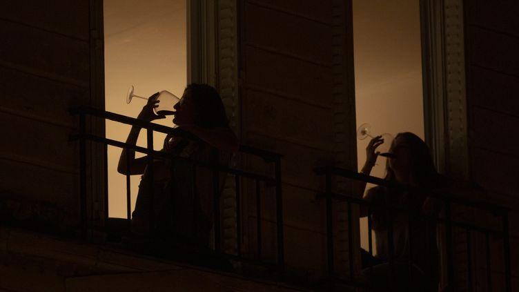 Un apéro-balcon, pendant le confinement à Paris, le 25 avril 2020. (LP/MATTHIEU DE MARTIGNAC / MAXPPP)