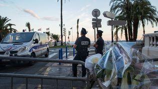 Des policiers bloquant l'accès aux véhicules de la promenade des Anglais à Nice (Alpes-Maritimes), le 15 juillet 2016. (IRINA KALASHNIKOVA / SPUTNIK / AFP)
