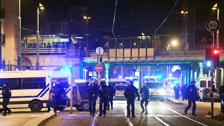 Des forces de police sont positionnées près du lieu où Cherif Chekatt est mort après un échange de coups de feu, jeudi 13 décembre 2018 à Strasbourg (Bas-Rhin). (ALAIN JOCARD / AFP)