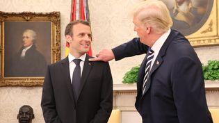 Les présidents français et américain, Emmanuel Macron et Donald Trump, dans le bureau ovale de la Maison Blanche à Washington (Etats-Unis), le 24 avril 2018. (LUDOVIC MARIN / AFP)