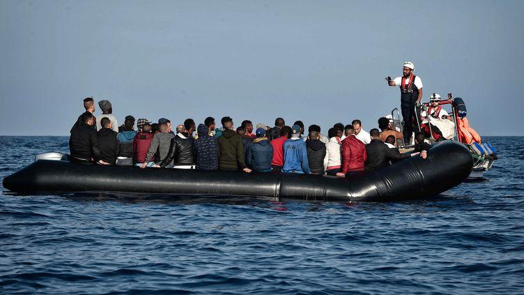 Des migrants aux larges des côtes libyennes en mai 2018. (LOUISA GOULIAMAKI / AFP)