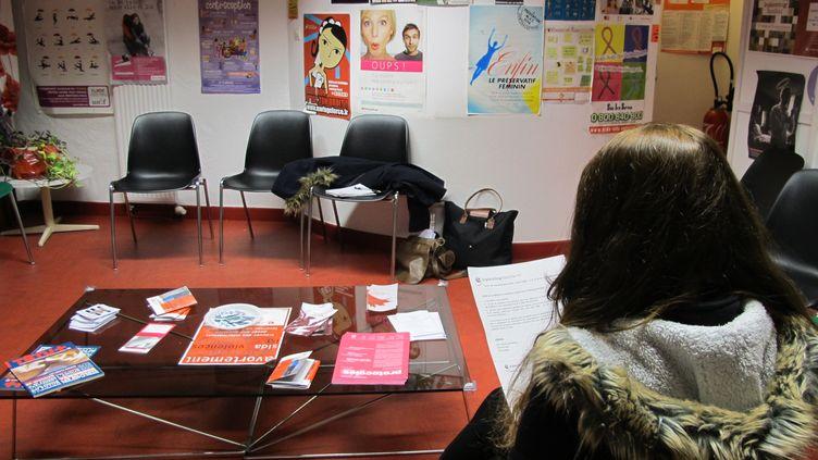 Pauline, 19 ans, attend sa consultation avec le médecin du Planning pour qu'il lui renouvelle sa pilule. (TATIANA LISSITZKY / FRANCETV INFO )