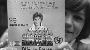 """La pochette de l'hymne officiel des Bleus pour la Coupe du monde 1982, """"Ollé la France"""", chanté par la speakerine Denise Fabre. (JOEL ROBINE / AFP)"""