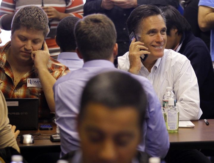 Mitt Romney téléphone à des électeurs indécis aux côtés des volontaires de sa campagne, peu avant la primaire du New Hampshire, le 9 janvier 2012 à Manchester (Etats-Unis). (BRIAN SNYDER / REUTERS)