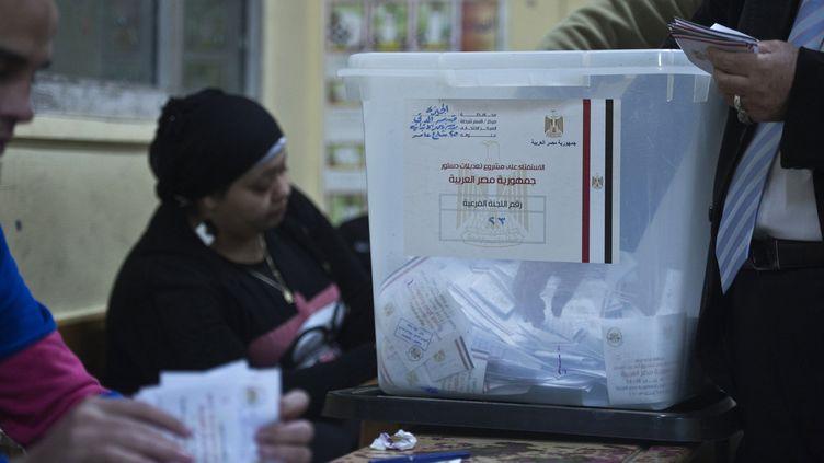 Dans un bureau de vote du Caire, la capitale égyptienne, le 15 janvier 2014, au second jour du référendum constitutionnel. (KHALED DESOUKI / AFP)