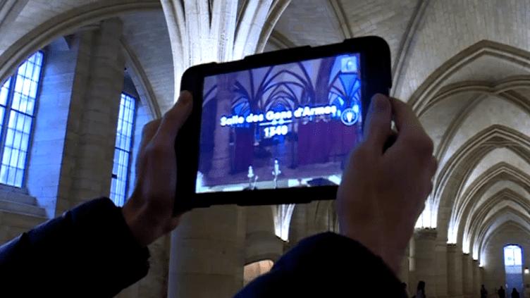 Une tablette tactile permet au visiteur de se replonger dans le passé de la Conciergerie.  (France 3 / Culturebox)