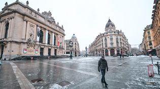 Un passant à Lille (Nord), le 8 février 2021. (QUENTIN SAISON / HANS LUCAS / AFP)