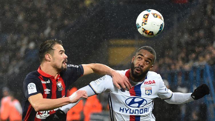 Alexandre Lacazette (Lyon) à la lutte avec Damien Da Silva (Caen) (JEAN-FRANCOIS MONIER / AFP)