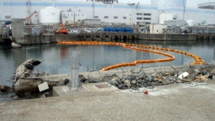 Barrières posées près d'une tranchée à la centrale de Fukushima, le 10 avril 2011 (AFP/HO/TEPCO)