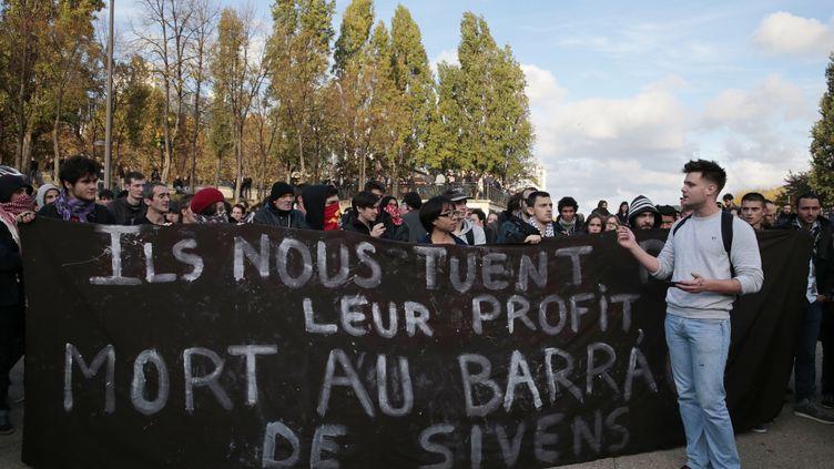 Des personnes sont rassemblées, place Stalingrad à Paris, le 2 novembre 2014, lors d'une manifestation non autorisée en hommage à Rémi Fraisse. (JOEL SAGET / AFP)