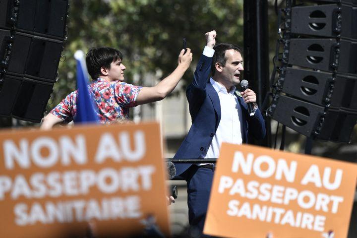 Le dirigeantdu parti Les Patriotes Florian Philippot prend la parole lors d'une manifestation contre le pass sanitaire, le 7 août 2021 à Paris. (STEPHANE DE SAKUTIN / AFP)