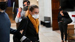 Valérie Bacot (centre) arrive à son procès au tribunal de Chalon-sur-Saône, en Saône-et-Loire, le 22 juin 2021. (MAXPPP)